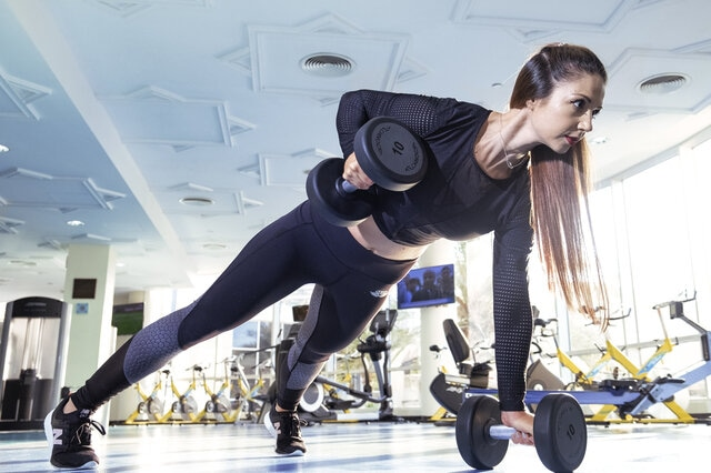 Woman-exercising-in-gym